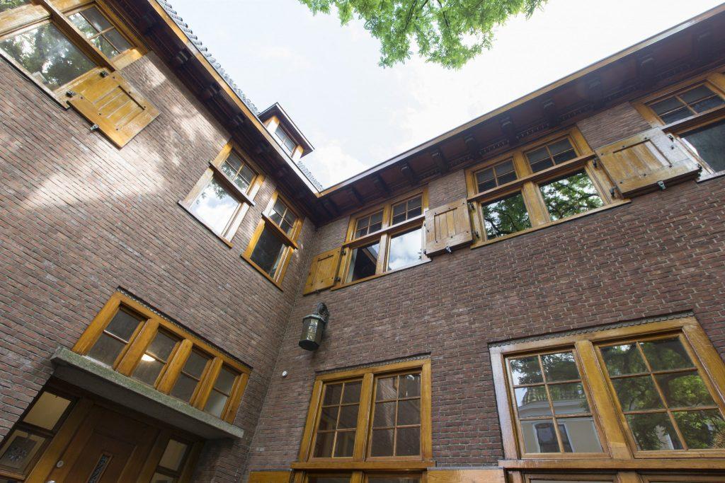 Dé blikvanger van het complex zijn de transparant geschilderde, houten raamluiken.
