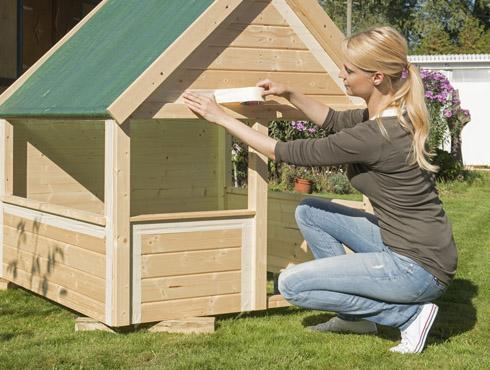 Gartenhaus streichen schwedenrot  Wie streicht man ein Kinderspielhaus und Holzgeräte richtig? - Bondex