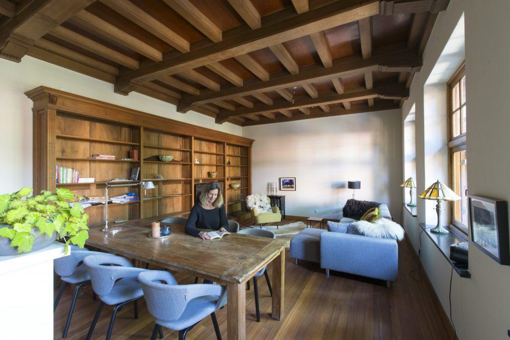 Sommige ruimten herbergen nog authentieke balken plafonds.