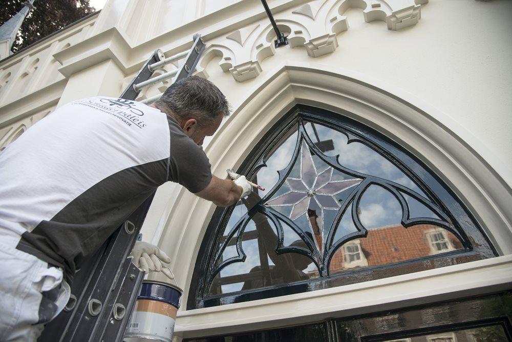 Het was hoognodig om de kapel aan de buitenkant te schilderen.